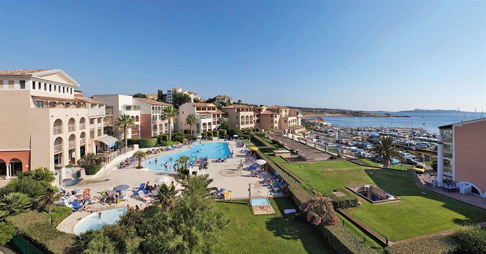 piscine gratuite face au port et à la mer