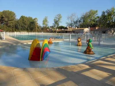 piscine avec jeux enfants