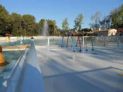 piscine avec jeux d'enfants